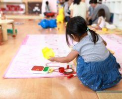 子供が霊と遊ぶ